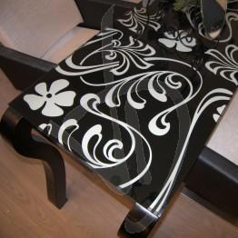 glas-fuer-glas-schreibtisch-oder-tisch-dekoriert-und-zugeschnitten